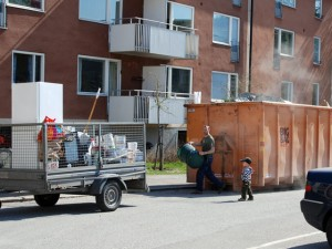 Städdag: Viktor och Jonathan framför containern