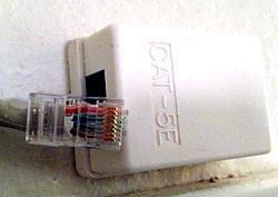 Ett bredbandsuttag med kabel