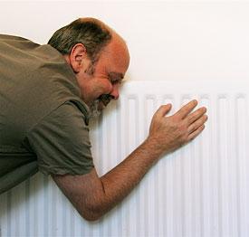 En man gosar med sin radiator
