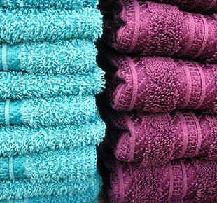 En prydlig hög med rena handdukar